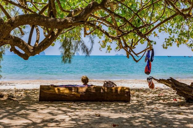 Mulheres idosas estão descansando na praia
