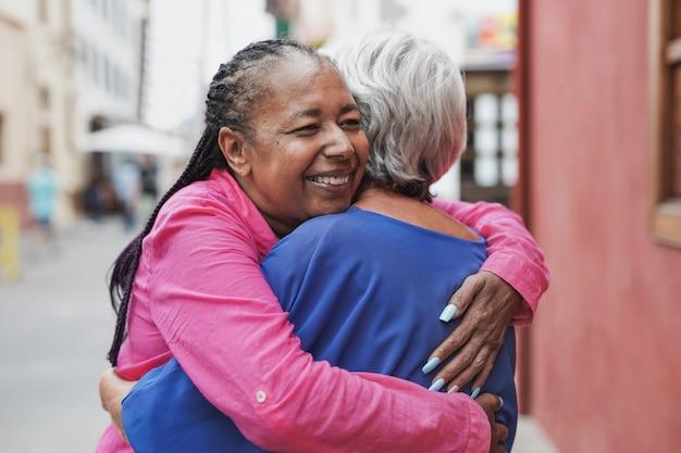 Mulheres idosas multirraciais se abraçando - conceito de amizade, amor e pessoas idosas