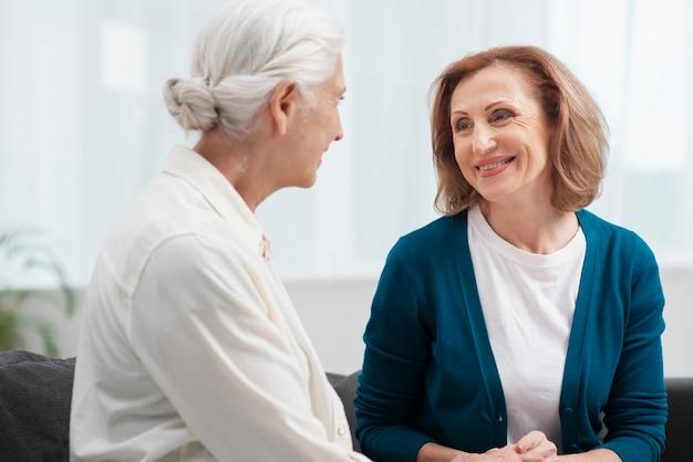Mulheres idosas olhando uns aos outros
