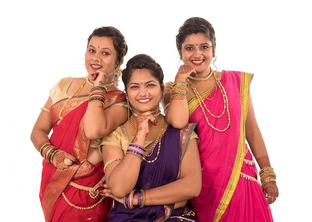 Mulheres indianas bonitas em trajes tradicionais de um saree