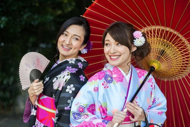 Mulheres japonesas com quimono andando em tóquio