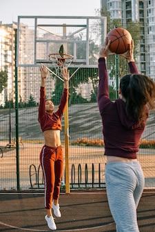 Mulheres jogando basquete juntas