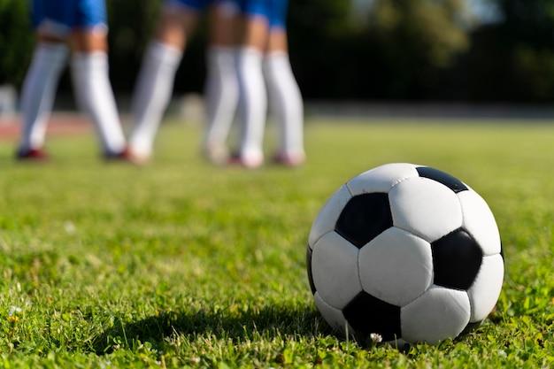 Mulheres jogando em um time de futebol
