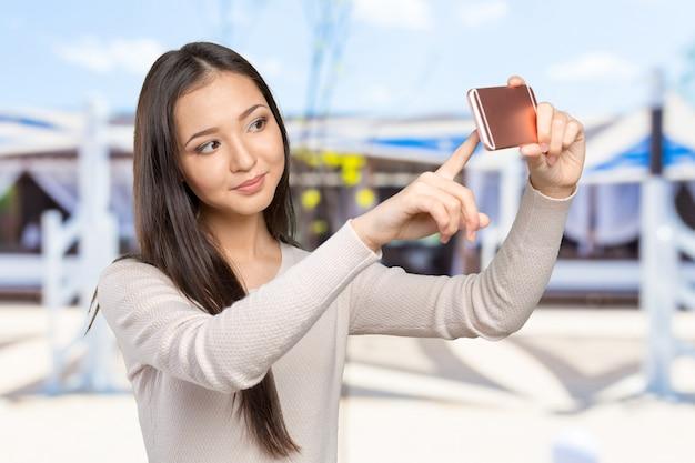 Mulheres jovens alegres fazendo selfie por seu telefone inteligente
