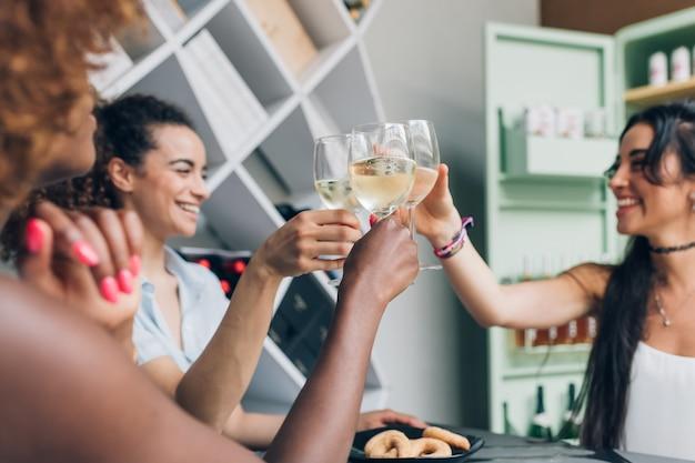 Mulheres jovens beber dentro de casa