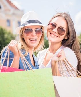 Mulheres jovens, com, bolsas para compras