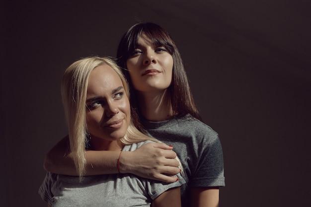 Mulheres jovens com camisa na parede