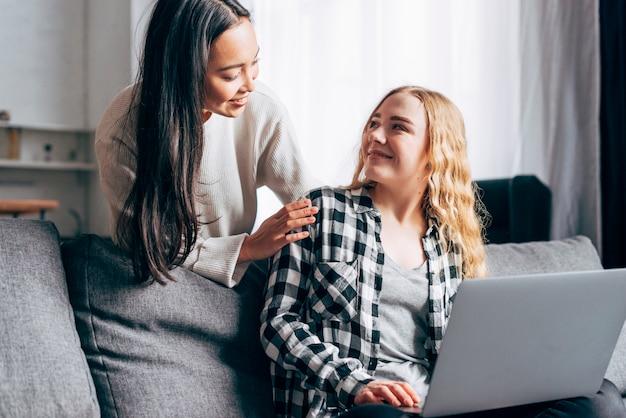 Mulheres jovens, com, laptop, conversando