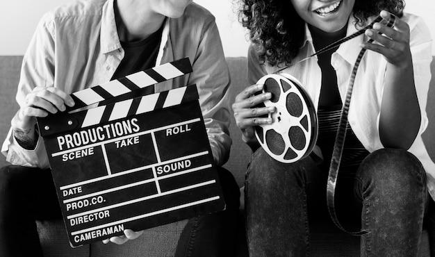 Mulheres jovens com rolo de filme