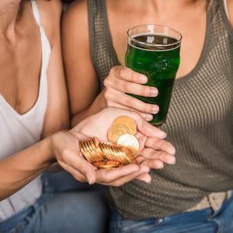 Mulheres jovens, com, vidro, de, bebida, e, montão, de, moedas