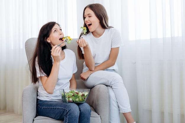 Mulheres jovens comendo alimentos saudáveis, sentado em uma cadeira.