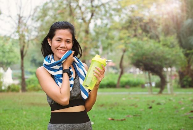 Mulheres jovens corredor com água buttle. conceito de estilo de vida saudável.