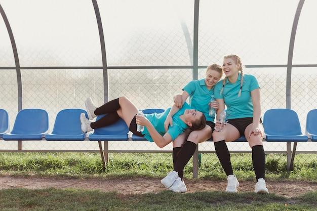 Mulheres jovens, descansando em um banco
