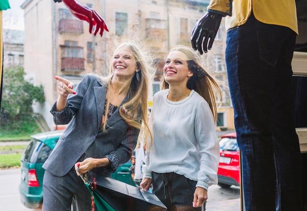 Mulheres jovens, desfrutando, a, vitrine