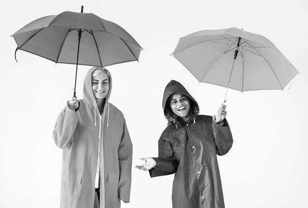 Mulheres jovens, desfrutando, chuvoso, estação