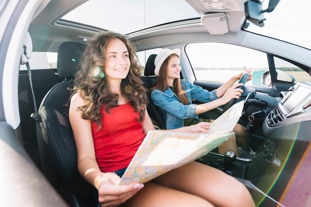 Mulheres jovens, dirigindo carro