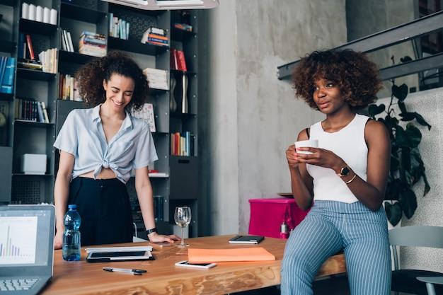 Mulheres jovens, discutir, projeto, em, coworking, espaço