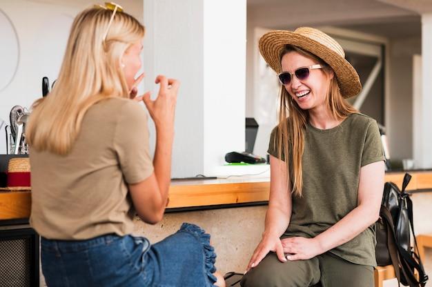 Mulheres jovens elegantes conversando