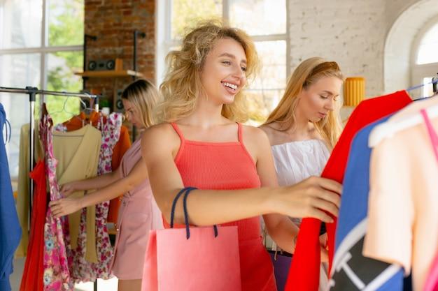 Mulheres jovens em busca de roupas novas.