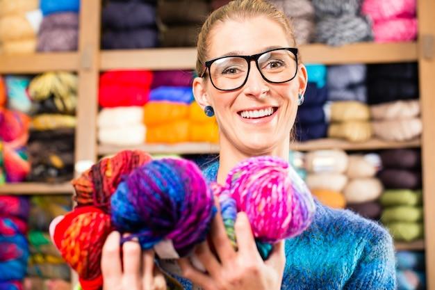 Mulheres jovens, em, tricotando loja