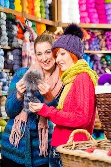 Mulheres jovens, em, tricotar, loja, shopping, moda