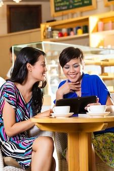 Mulheres jovens em uma cafeteria asiática