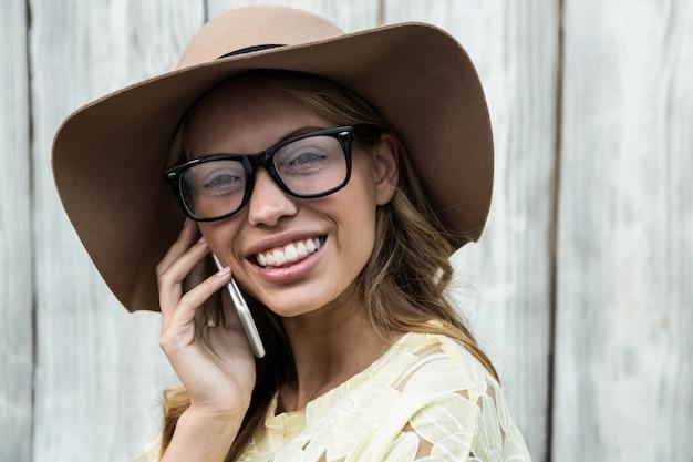 Mulheres jovens, enfrentando câmera, enquanto, segurando, telefone móvel