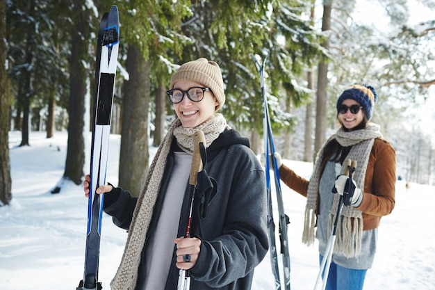 Mulheres jovens, esquiar no resort