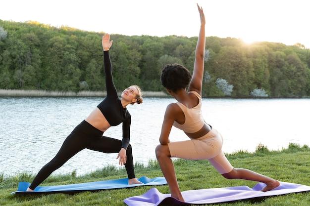 Mulheres jovens fazendo exercícios ao ar livre