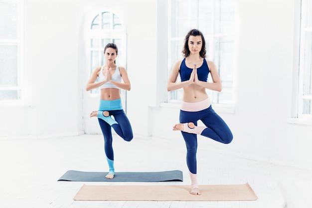 Mulheres jovens fazendo exercícios de ioga
