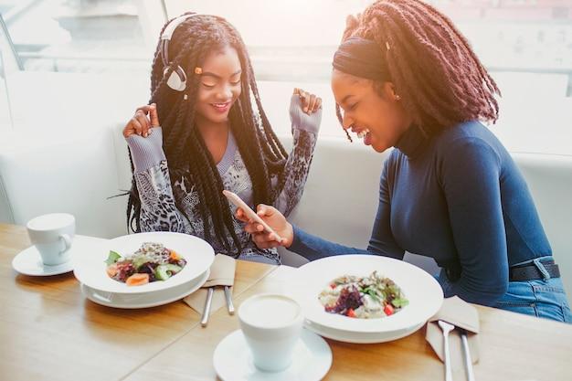 Mulheres jovens felizes e positivas se divertem