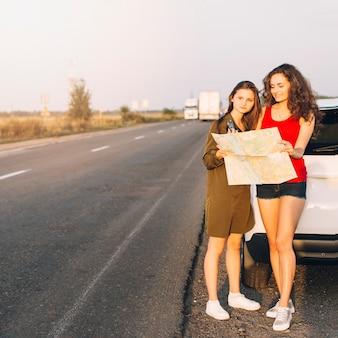 Mulheres jovens, ficar, perto, carro branco, com, mapa