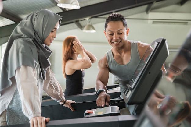 Mulheres jovens hijab correr na esteira