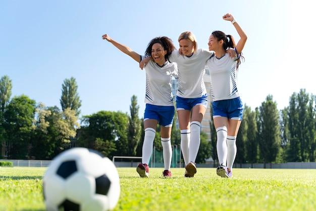 Mulheres jovens jogando em um time de futebol