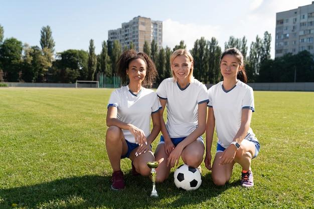Mulheres jovens jogando futebol