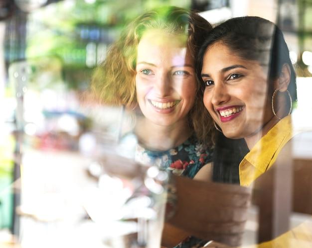 Mulheres jovens, levando, quadros, conceito