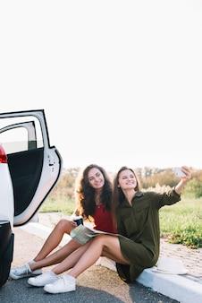 Mulheres jovens, levando, selfie, ligado, borda