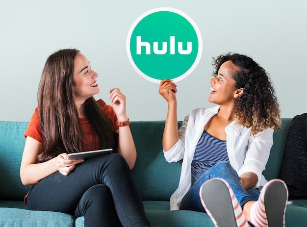 Mulheres jovens, mostrando, um, hulu, ícone