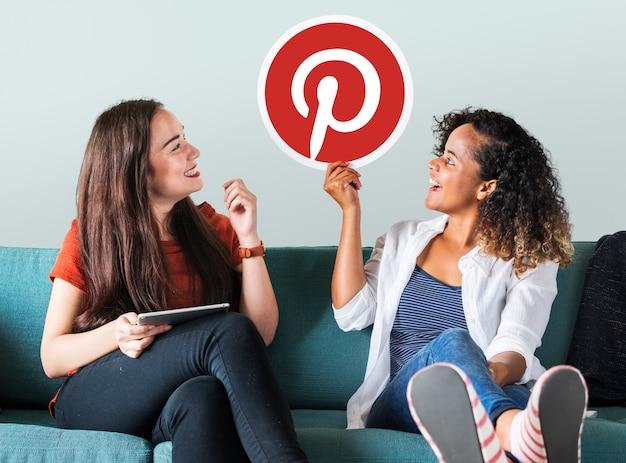 Mulheres jovens, mostrando, um, pinterest, ícone