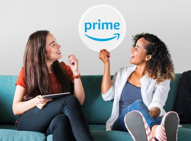 Mulheres jovens, mostrando, um, primeiro, vídeo, ícone