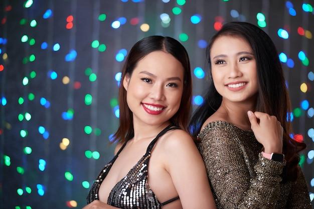 Mulheres jovens na festa da noite