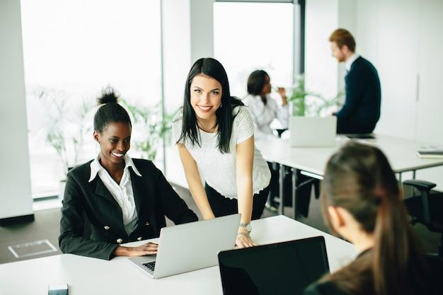 Mulheres jovens no escritório