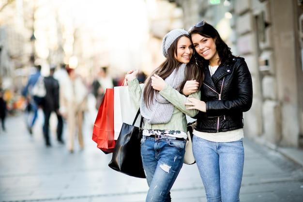 Mulheres jovens no shopping