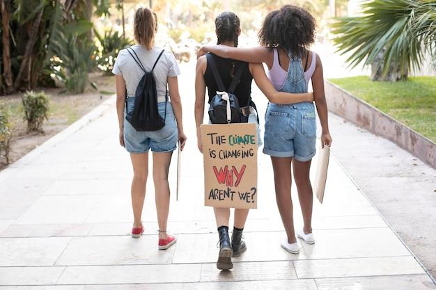Mulheres jovens protestando contra a mudança climática