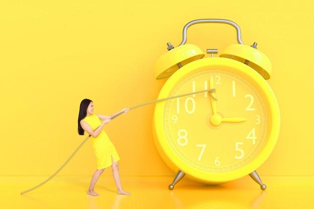 Mulheres jovens, puxando a corda amarrada ao relógio amarelo