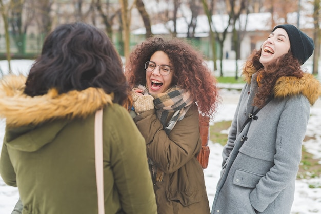 Mulheres jovens rindo multiétnica