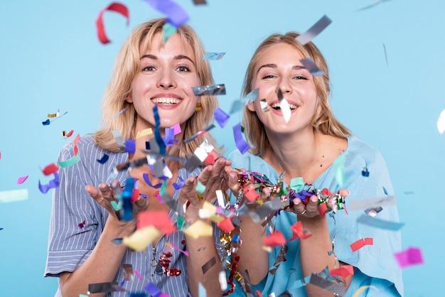 Mulheres jovens se divertindo com confetes