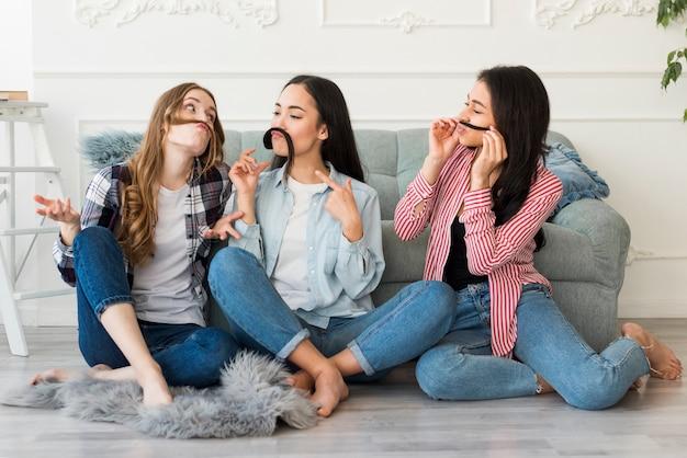 Mulheres jovens se divertindo em casa