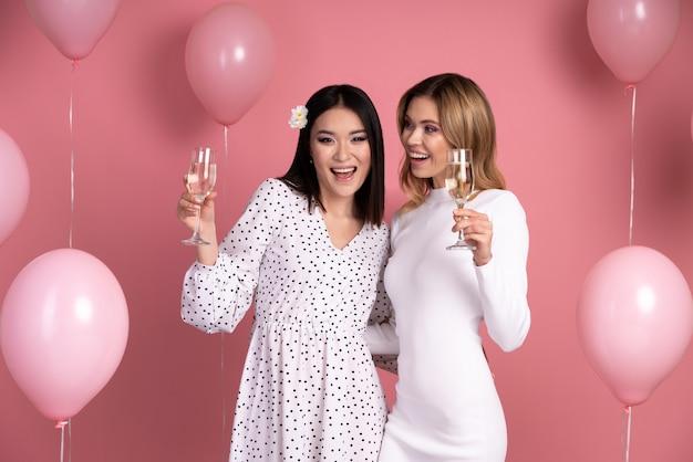 Mulheres jovens se divertindo em uma festa