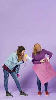 Mulheres jovens se preparando para manifestação